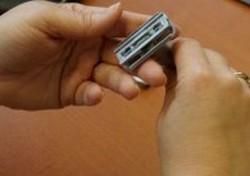 Krok 7 - Trzymając cały czas mostek wciśnięty, dokręć rączkę.