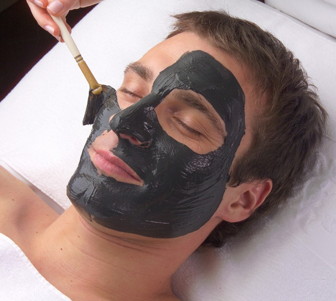 Oczyszczanie twarzy męskiej